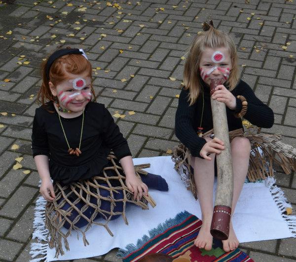Australian-aborigines-didgeridoo-dress up